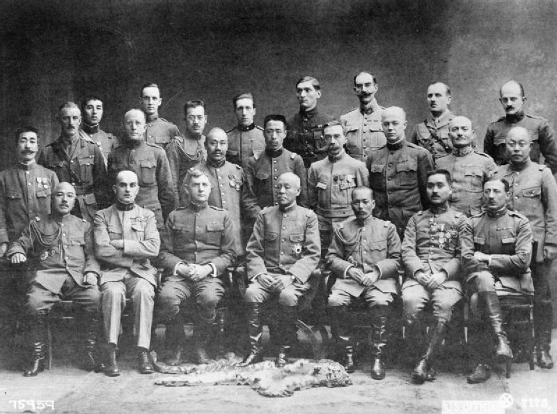 Manera-secondo-da-destra-nella-fila-centrale-ritratto-con-comandanti-e-ufficiali-della-missione-alleata-in-siberia